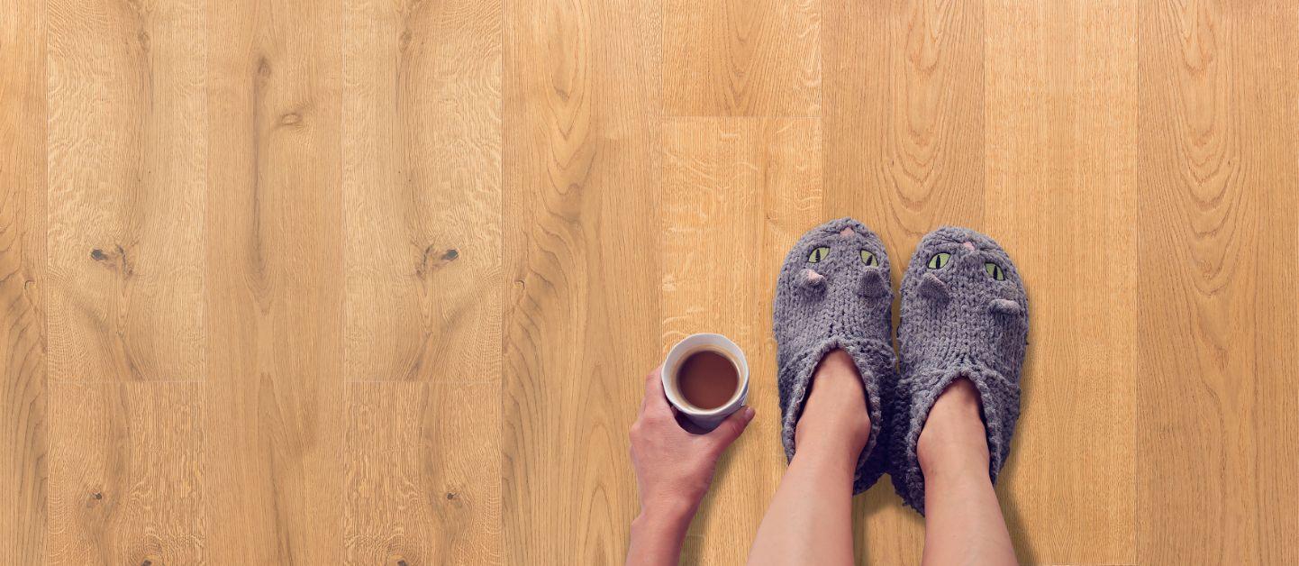 Neuer Boden - Holzboden (Sujebild Füße)