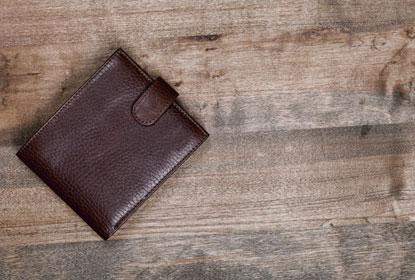Dielenboden Kosten (Geldtasche auf Holzboden)