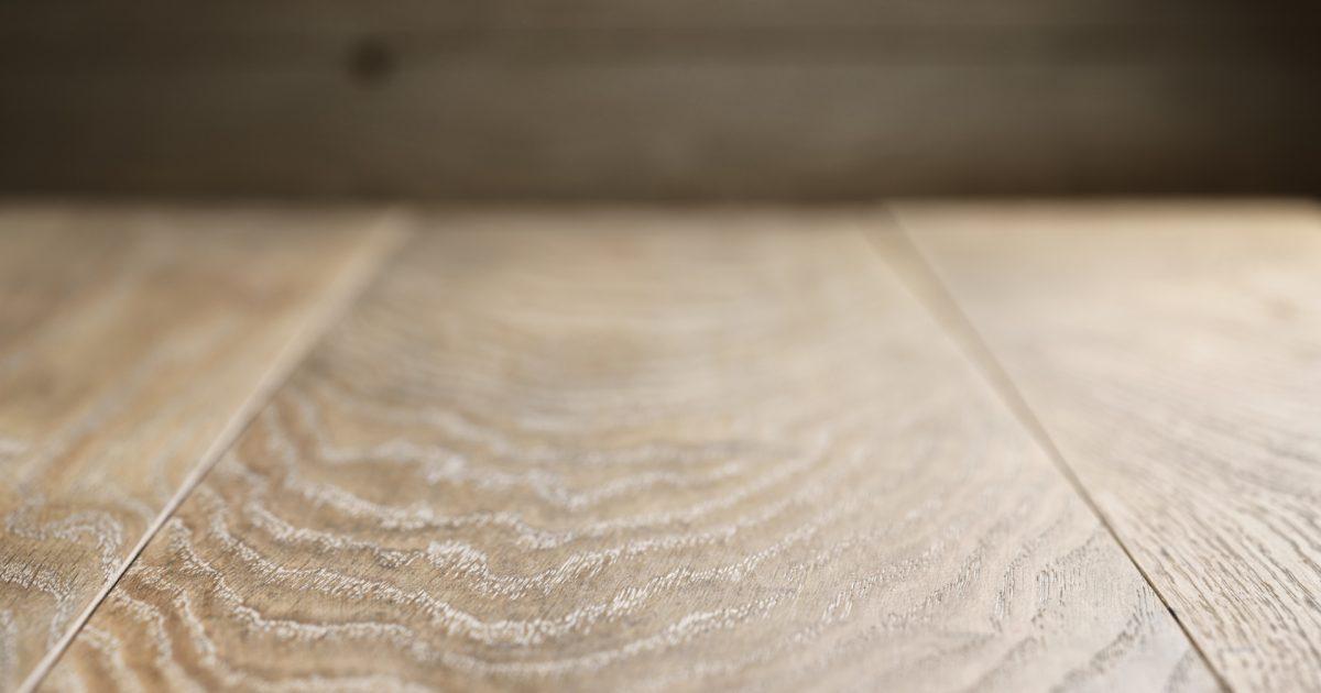 Auf der glatten Oberfläche eines Holzbodens haben Milben keine Chance