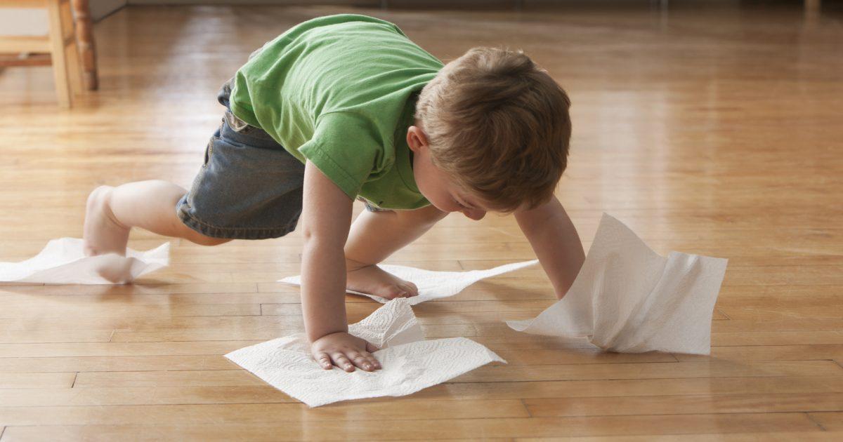 Holzboden reinigen funktioniert am besten mit einem nebelfeuchten Tuch